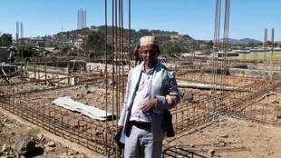 Le Cheikh Ahmed Ali devant l'une des mosquée en reconstruction dans la ville de Mekane Yesus, en région Amhara.