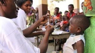 Pacientes mal-atendidos em hospitais de Moçambique. Na fotoc crianças sendo vacinadas.