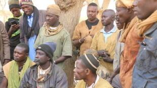 Le chef des chasseurs de la zone de Koro, dans le centre du Mali et une partie de ses troupes. Ce groupe d'autodéfense a pris les armes pour se défendre contre les attaques jihadistes, disent-ils.