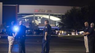 Policiais diante do cinema onde aconteceu o ataque nesta quinta-feira