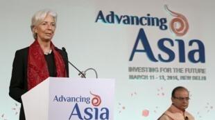 """Tổng giám đốc Quỹ Tiền Tệ Quốc Tế (IMF) Christine Lagarde (T) phát biểu tại hội nghị """"Châu Á tiến bước: Đầu tư cho tương lai"""", New Delhi, Ấn Độ, 13/03/2016"""