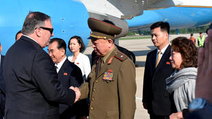 Ngoại trưởng Mỹ Mike Pompeo bắt tay một viên tướng Bắc Triều Tiên khi đến Bình Nhưỡng (Bắc Triều Tiên) ngày 09/05/2018.