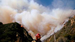 Chống chọi với đám cháy ở Malibu, California, ngày 11/11/2018.