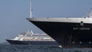 """La nave """"Rotterdam,"""" frente al crucero """"Zaamdam""""en Panamá, el 28 de marzo2020."""