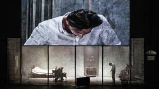 """O diretor polonês Krystian Lupa traz """"Procès"""", inspirado em """"O processo"""", de Kafka, com ingressos esgotados há mais de um mês no Festival de Outono de 2018, em Paris."""