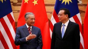 Thủ tướng Malaysia Mahathir (T) và đồng nhiệm Trung Quốc Lý Khắc Cường. Ảnh chụp tại Bắc Kinh ngày 20/08/2018.