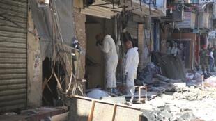 Судебные криминалисты осматривают место одного из двух взрывов, прогремевших в четверг, 12 ноября, в Бейруте.