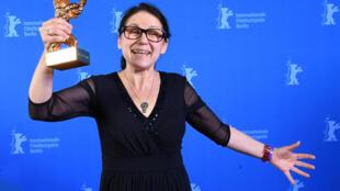 """Đạo diễn Ildiko Enyedi nhận giải Gấu Vàng (Golden Bear) cho phim hay nhất """"Về thể xác và tâm hồn"""" tại LHP Berlin lần thứ 67, ngày 18/02/2017."""