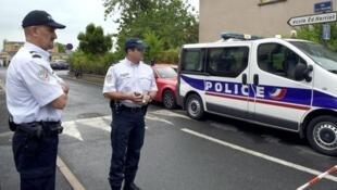 Полиция у школы Эдуар Эррио в Альби 04/07/2014