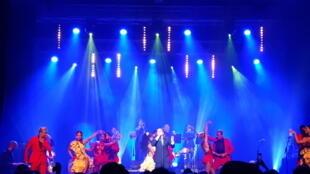 Yuri Buenaventura y su orquesta junto a los bailarines de Swing Latino.