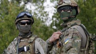 Các quân nhân Ukraina canh gác một cửa khẩu gần thành phố miền đông Debaltseve, ngày 16/08/2014.