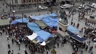 """Unas carpas han sido levantadas en la famosa """"Puerta del sol"""" de Madrid por los manifestantes que protestan contra poíticos, banqueros y autoridades que manejan la crisis económic"""