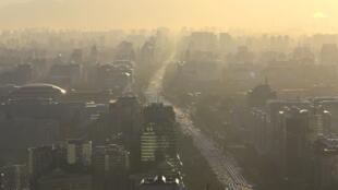 Nube de contaminación en la avenida Chang'an en Pekín.