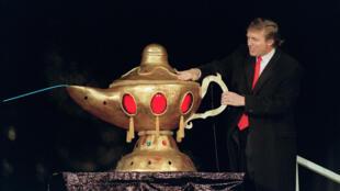 Donald Trump à l'ouverture de son casino, le Taj Mahal, à Atlantic city, le 5 avril 1990. Le New York Times affirme qu'à l'inverse de ce que clame haut et fort l'actuel président américain, sa fortune est loin de provenir de ses dons pour la négociation.