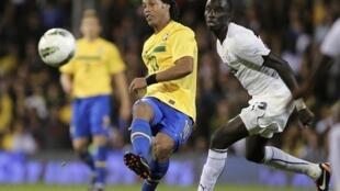 O craque brasileiro Ronaldinho Gaúcho teria sido um dos jogadores a receber salários irregulares