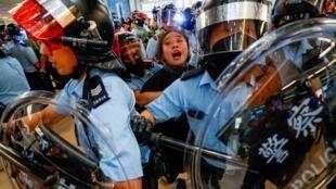 香港鎮暴警察9月25日拘捕一名在沙田站與警方對峙的女子