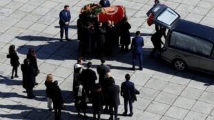 Le cercueil du dictateur espagnol Franco était porté par huit membres de sa famille dont son arrière petit-fils Louis de Bourbon, le 24 octobre 2019.
