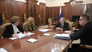 Le président Vladimir Poutine tient une réunion de crise sur le coronavirus, le 29 janvier 2020, à Moscou.