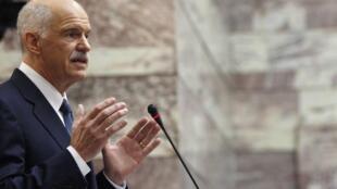 George Papandreou durante anúncio da realização do referendo, esta segunda-feira no Parlamento grego
