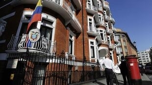 Frente da Embaixada do Equador onde Julian Assange pede asilo político, nesta quarta-feira.