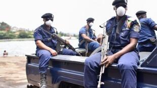 Katika hali ya kupambana dhidi ya janga la Covid-19, maafisa wa polisi wa DRc wapiga doriua katika mitaaa ya jiji la Goma, mashariki mwa DRC, Machi 19, 2020.