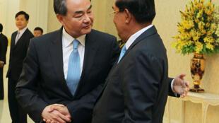 Ngoại trưởng Trung Quốc Vương Nghị - Wang Yi gặp thủ tướng Cam Bốt Hun Sen tại Phnom Penh, tháng 4/2016.