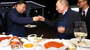 Tổng thống Nga Vladimir Putin và chủ tịch Trung Quốc Tập Cận Bình gặp gỡ bên lề Diễn đàn kinh tế tại Vladivostok, Nga, ngày 11/09/2018.