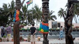 Emmanuel Macron, que marca presença em Wadrilla, monumento a 19 militantes kanaques de Ouvéa, mortos pelo exército francês na Nova Caledónia