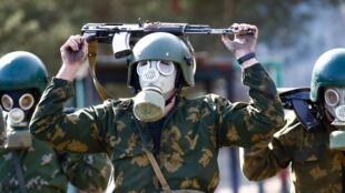 Боец спецназа белорусского МВД на учениях