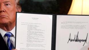 Donald Trump mostra o decreto assinado com a decisão dos Estados Unidos de deixar acordo nuclear iraniano
