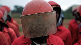 9 février 2017. Les Fourmis rouges, en tenue caractéristique (combinaison et casque rouges), en ordre serré, quasi militaire, avant une intervention.