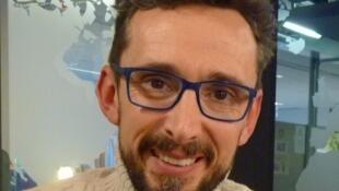El artista Lorenzo Fernández en los estudios de RFI.