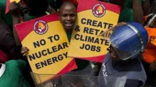Ativista pede fim da energia nuclear para criar empregos na produção de energias renováveis.