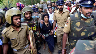 Bindu Ammini, 42, e Kanaka Durga, 44, são escoltadas pela polícia após saírem do templo de Sabarimala, na Índia.
