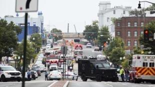 Polícia cerca ruas próximas do centro administrativo da Marinha, em Washington, onde um desconhecido feriu ao menos dez pessoas durante um tiroteio nesta segunda-feira, 16 de setembro de 2013.