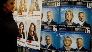 Une femme passe devant les affiches de campagne de l'élection présidentielle bulgare, le 2 novembre 2016.