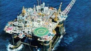Plataforma de petróleo da Petrobras no litoral do Rio.