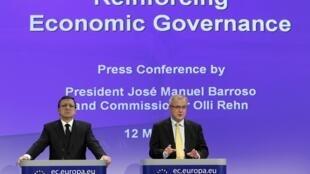 Chủ tịch Ủy ban châu Âu Jose Manuel Barroso (trái) và ủy viên Ủy ban Kinh tế Tiền tệ châu Âu Olli Rehn trong buổi họp báo tại Brusselles ngày 12/5/2010.