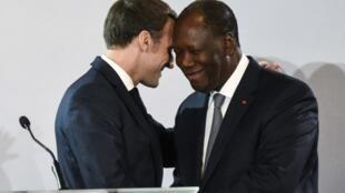 Les présidents français et ivoirien Emmanuel Macron et Alassane Ouattara.