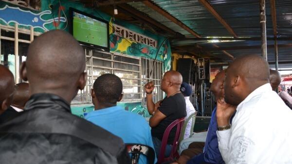 Des supporters suivent le match de la Belgique contre l'Irlande le 18 juin à Kinshasa.