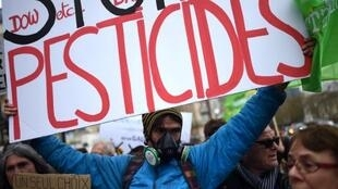 Манифестация против применения пестицидов в Париже