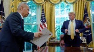 Phó thủ tướng Trung Quốc Lưu Hạ (Liu He) chuyển thư của chủ tịch Tập Cận Bình tới tổng thống Mỹ Donald Trump, Nhà Trắng, Washington DC, ngày 11/10/2019.