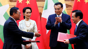 Cố vấn Nhà nước, ngoại trưởng Miến Điện Aung San Suu Kyi và thủ tướng Trung Quốc Lý Khắc Cường (Li Keqianging) tại lễ ký các hiệp định hợp tác song phương, Bắc Kinh, Trung Quốc, 18/08/2016