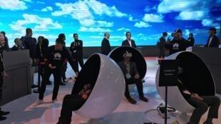 Sur le stand Huawei, les présentations se font en réalité virtuelle pour mieux découvrir le futur qui s'annonce.