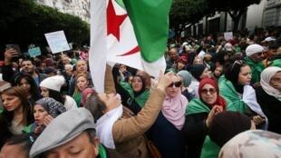 Des milliers d'Algériens étaient sortis dans les rues d'Alger pour manifester vendredi 13 décembre 2019.