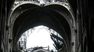 O telhado da Catedral de Notre-Dame de Paris destruído, após o incêndio de segunda-feira, 15 de abril de 2019.