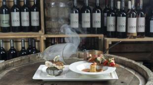 В ресторане The Club (Ереван) в меню — рыбный суп а-ля буйабес из армянских рыб: севанского сига, речной форели и обычной форели.