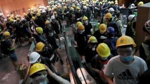 Manifestantes invadem o Parlamento em Hong Kong