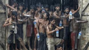 Người Rohingya tại một khu tị nạn, ngoại ô thị xã Maudaw, bắc bang Rakhine, 04/06/2015.