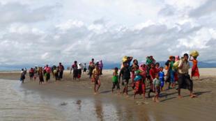 Hơn 370 000 Rohingyas chạy lánh nạn sang Bangladesh.